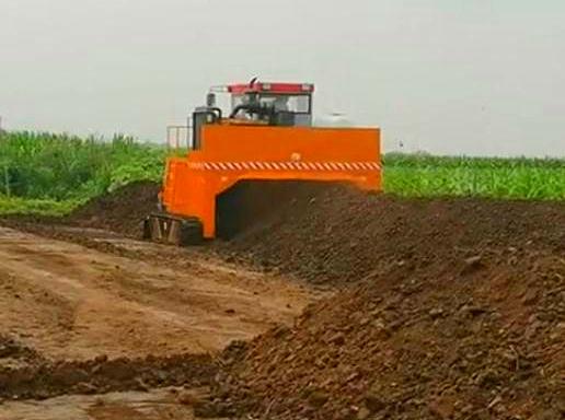 易胜博注册设备履带式翻堆机发酵现场